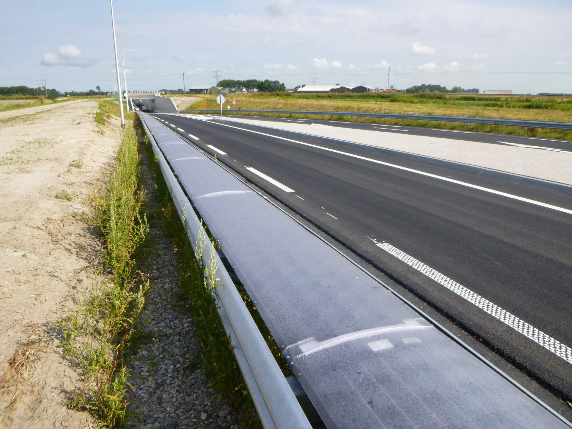 Solar cells on a crash barrier
